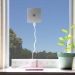 太陽光でスマホを充電! 窓にピタッと貼って使う充電器